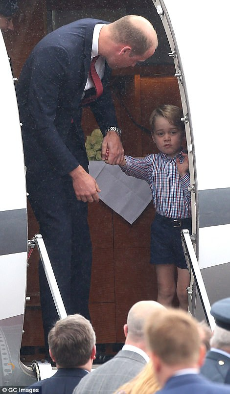 Ngày 17/7, gia đình Hoàng tử William và Công nương Kate, cùng hai con là Hoàng tử George và Công chúa Charlotte, đã đặt chân xuống sân bay Chopin ở thủ đô Warsaw, bắt đầu chuyến công du chính thức tới Ba Lan. Trong ảnh: Hoàng tử bé George bẽn lẽn khi được cha, Hoàng tử William, nắm tay bước xuống sân bay. (Ảnh: GC)