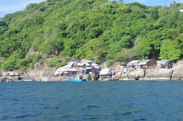 Những ngôi nhà trên đảo Hòn Chuối, nơi nhiều cư dân sinh sống.
