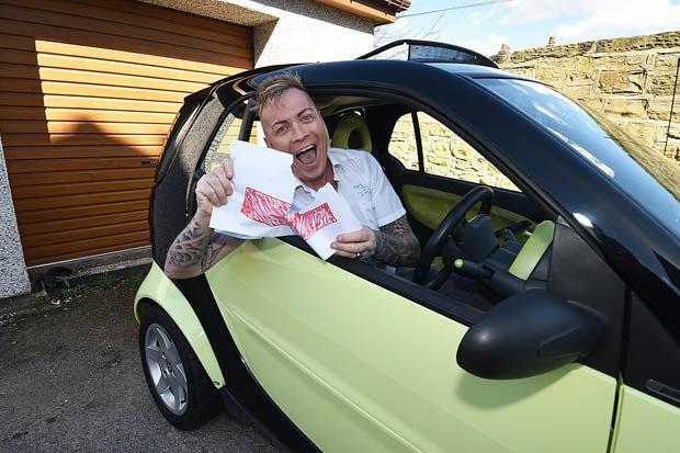 Christian ăn mừng bằng lái xe mới sau 25 năm cố gắng