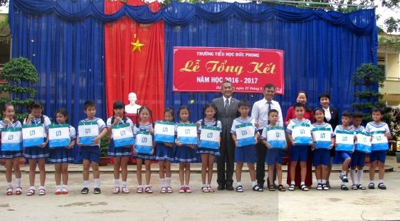 Ông Clement Tang, Phó Tổng giám đốc Fubon Life Việt Nam trao quà tại Trường Tiếu học Đức Phong, huyện Bù Đăng, tỉnh Bình Phước.