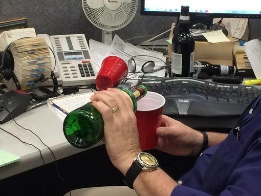 Nhân viên ở Colombia có thể uống rượu khi làm việc (ảnh minh họa: citizen-times)