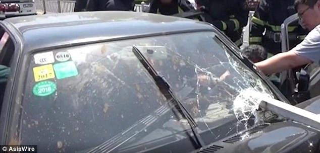 Thanh sắt xuyên qua cửa kính ô tô