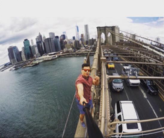 """Một sinh viên đã bị bắt giữ sau khi chụp ảnh tự sướng ở khu vực không được phép trên cây cầu Brooklyn ở Mỹ năm 2015. Cảnh sát đã gọi đây là hành vi """"trái pháp luật và thiếu trách nhiệm"""". (Ảnh: CBS)"""