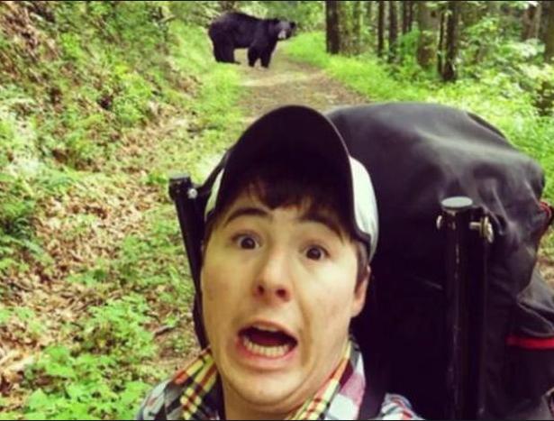 """Cơ quan quản lý rừng ở Mỹ đã buộc phải phát thông báo nhắc nhở khách tham quan giữ khoảng cách với những con gấu hoang dã khi có quá nhiều người chụp ảnh """"tự sướng"""" với gấu và đăng lên mạng xã hội, bất chấp nguy cơ bị con vật to lớn này tấn công. (Ảnh: CBS)"""
