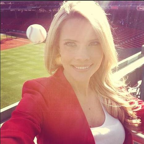 """Phóng viên thể thao Kelly Nash đang chụp ảnh """"tự sướng"""" tại một sân vận động thì bất ngờ một quả bóng đã văng vào đầu cô. (Ảnh: Instagram)"""
