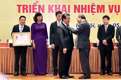 Thủ tướng trao Huân chương Lao động hạng Nhì cho Phó Thống đốc NHNN. Ảnh: VGP/Nhật Bắc