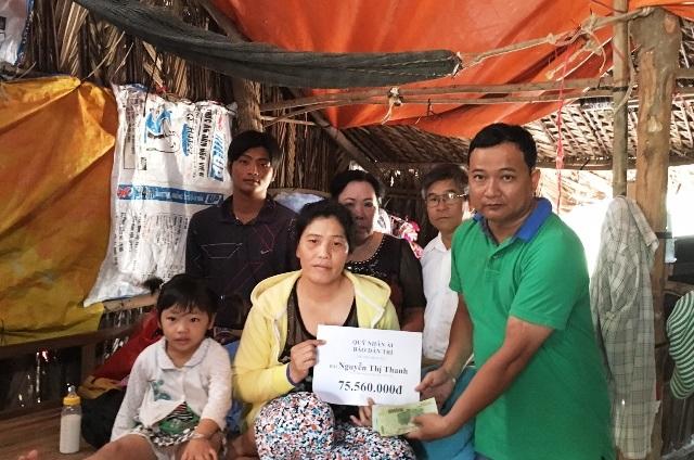 Phóng viên Dân trí cùng lãnh đạo chính quyền địa phương trao tiền cho gia đình bà Thanh