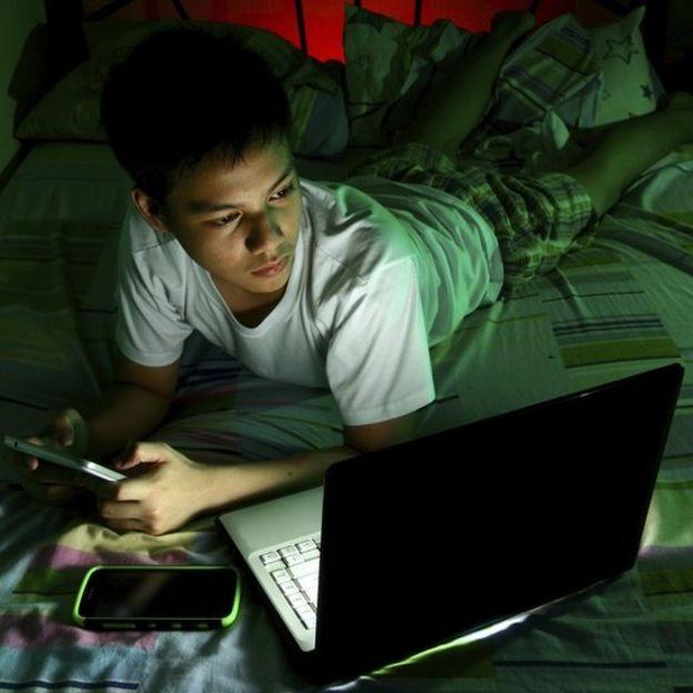 Học sinh lo lắng về việc thiếu ngủ khi sử dụng thiết bị di động vào ban đêm. (Ảnh: theo BBC)