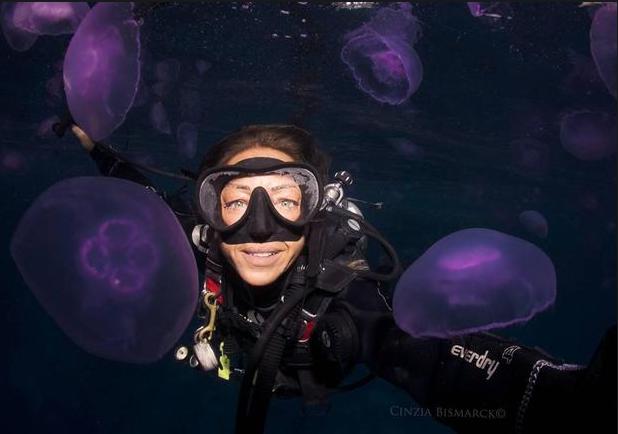 """Cinzia Bismarck Osele, một thợ lặn kiêm nhiếp ảnh gia, chụp ảnh """"tự sướng"""" cùng những con sứa ở Ai Cập. Đây là một trong những sinh vật biển có thể gây nguy hiểm cho con người. (Ảnh: Instagram)"""