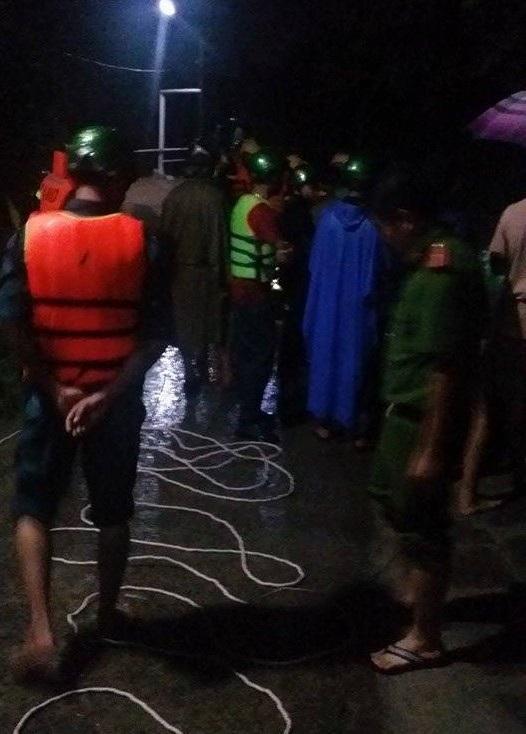 Lực lượng chức năng tổ chức tìm kiếm nạn nhân trong đêm