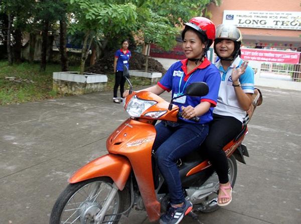 Em Tiên (ngồi sau xe) của sinh viên Tiếp sức của thi