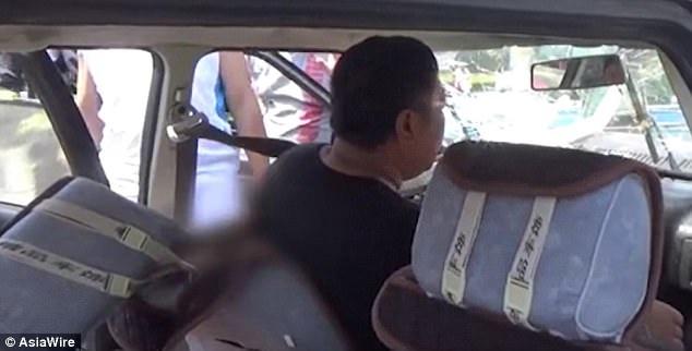 Tài xế trong xe cũng bị thanh sắt xuyên qua người.