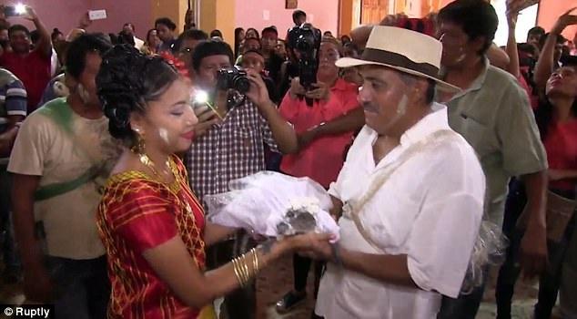 Thị trưởng cưới cá sấu theo truyền thống