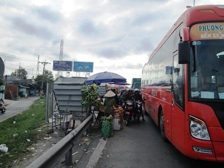 """Dân đổ về Hà Nội, Sài Gòn sau những ngày nghỉ """"vét"""", nhiều tuyến đường ùn tắc - 13"""