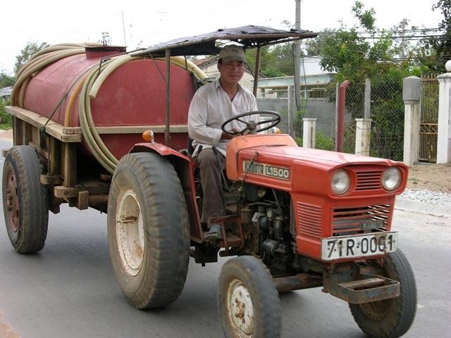 Bắt đầu mùa khô, người dân huyện Bình Đại (Bến Tre) mua nước ngọt từ những xe công nông