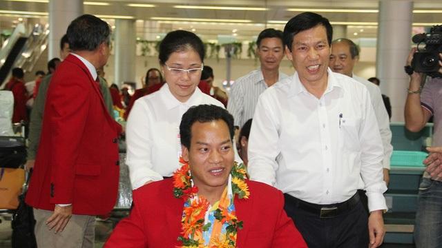 Bộ trưởng Bộ VH-TT&DL Nguyễn Ngọc Thiện đến từ sớm để đón những người hùng của thể thao Việt Nam