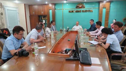 Giám đốc hai bên bệnh viện trao đổi về việc hợp tác đào tạo bác sĩ trẻ cho Bệnh viện Đa khoa Hồng Ngọc