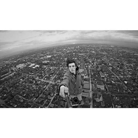 """Ervin Punkar, người có sở thích chụp ảnh """"tự sướng"""" ở những nơi rất cao, đã đứng trên đỉnh tòa tháp cao nhất ở Tartu, Estonia để ghi lại khoảnh khắc vào lúc bình minh. (Ảnh: Instagram)"""
