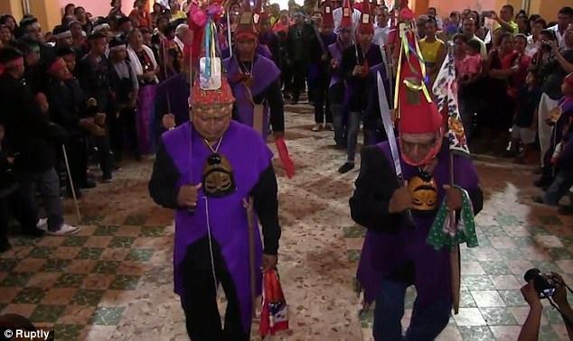 Lễ cưới được tổ chức theo truyền thống bản địa