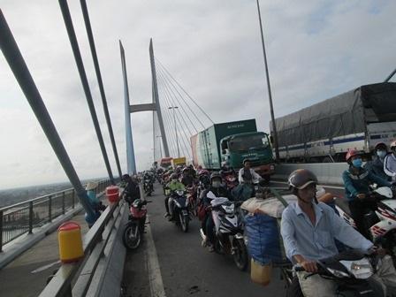 Các phương tiện qua cầu Mỹ Thuận để về TP Hồ Chí Minh