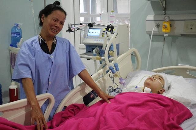Nỗi đau đớn của người mẹ khi thấy đứa con gái tội nghiệp của mình gặp nạn