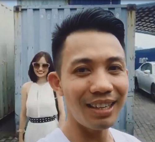 Minh Nhựa cùng vợ Mina trong buổi khui kiện xe ngày 14/9/2016.