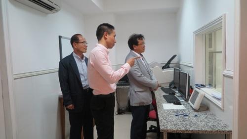 Dr Kim Sioh tham quan hệ thống máy móc trang thiết bị của Bệnh viện Hồng Ngọc