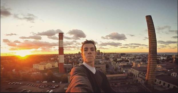 Ervin Punkar tự mình chụp ảnh trên nóc một tòa nhà ở Tallinn, Estonia vào lúc mặt trời mọc (Ảnh: Instagram)