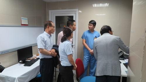 Đoàn Kyungpook thăm phòng chụp CT 64 dãy hiện đại của Bệnh viện Hồng Ngọc