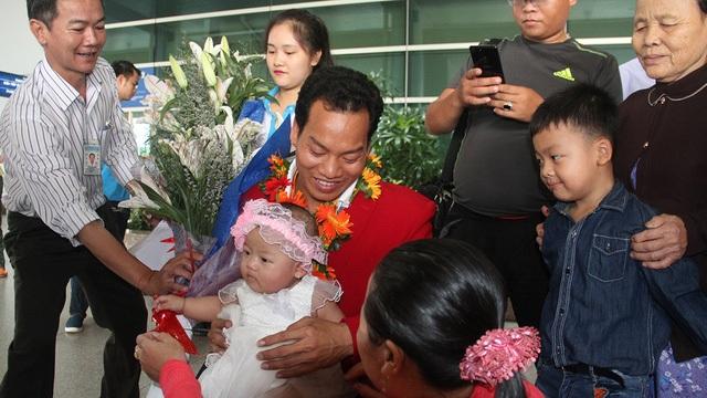 Giây phút hạnh phúc nhất của lực sĩ này là giây phút được bế đứa con gái nhỏ trong vòng tay