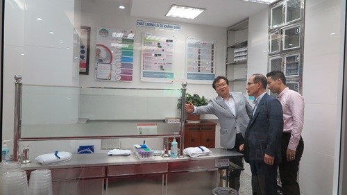 Dr Kim Sioh trao đổi về cơ sở vật chất tại phòng Xét nghiệm của bệnh viện