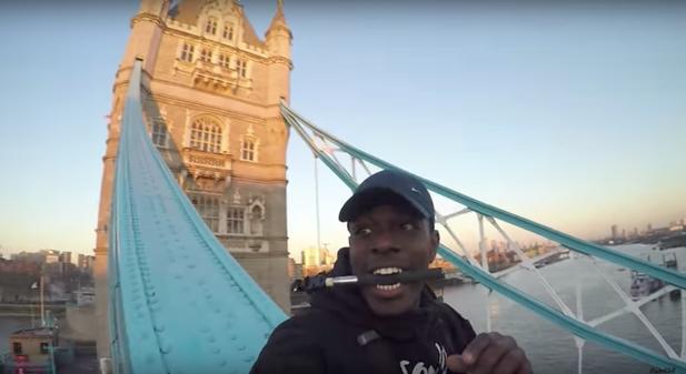 """Người đàn ông này đã bị cảnh sát bắt và thẩm vấn sau khi trèo lên cây cầu tháp Tower Bridge nổi tiếng ở thủ đô London (Anh) để chụp ảnh """"tự sướng"""" từ trên cao. (Ảnh: Youtube)"""