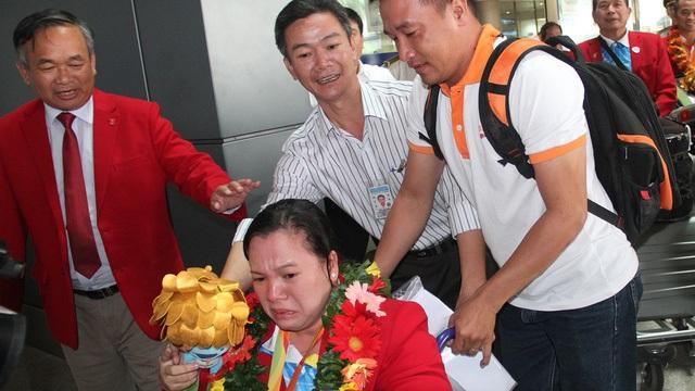 Ngày về không chỉ có nụ cười, mà còn có cả những giọt nước mắt hạnh phúc: Nữ lực sĩ cử tạ (HCĐ Paralympic) Đặng Thị Linh Phượng nghẹn ngào khi người thân ra đón