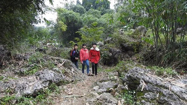 Mỗi ngày em Kiều Trang phải vượt 18km đường rừng cả đi và về để đến trường học tập