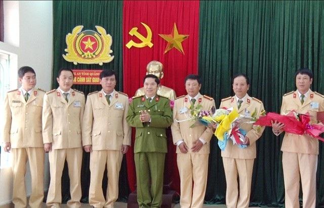 Lãnh đạo Công an tỉnh Quảng Bình tặng hoa chúc mừng lực lượng CSGT (Ảnh Báo QB)