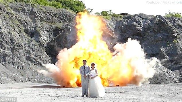 Bức ảnh chụp trên nền vụ nổ của cặp đôi Nhật Bản (Ảnh: Dailymail)