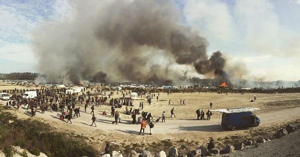 """Bức ảnh chụp dòng người tị nạn đang rời khỏi những khu trại tập trung bị cháy ở Pháp, do nhiếp ảnh gia Samuel Nacar (Tây Ban Nha) chụp đã giành chiến thắng ở hạng mục """"Tin tức, sự kiện""""."""