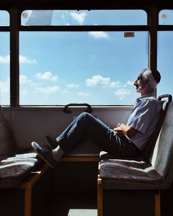 """Bức ảnh người đàn ông trên tàu tại Israel đã giúp tác giả Dina Alfasi (Israel) giành chiến thắng ở hạng mục """"Con người""""."""