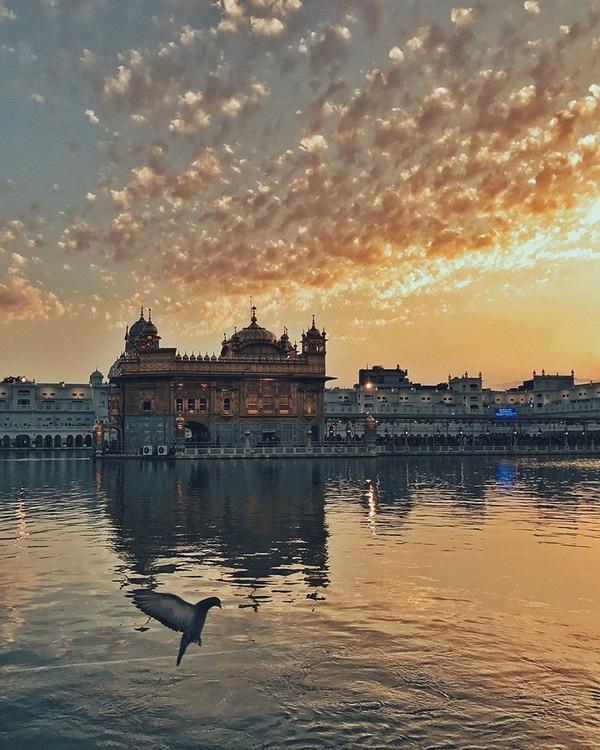 """Khung cảnh tuyệt đẹp tại Ngôi đền vàng ở thành phố Amritsar (Ấn Độ) đã giúp Kuanglong Zhang (Trung Quốc) giành được chiến thắng ở hạng mục """"Hoàng hôn""""."""