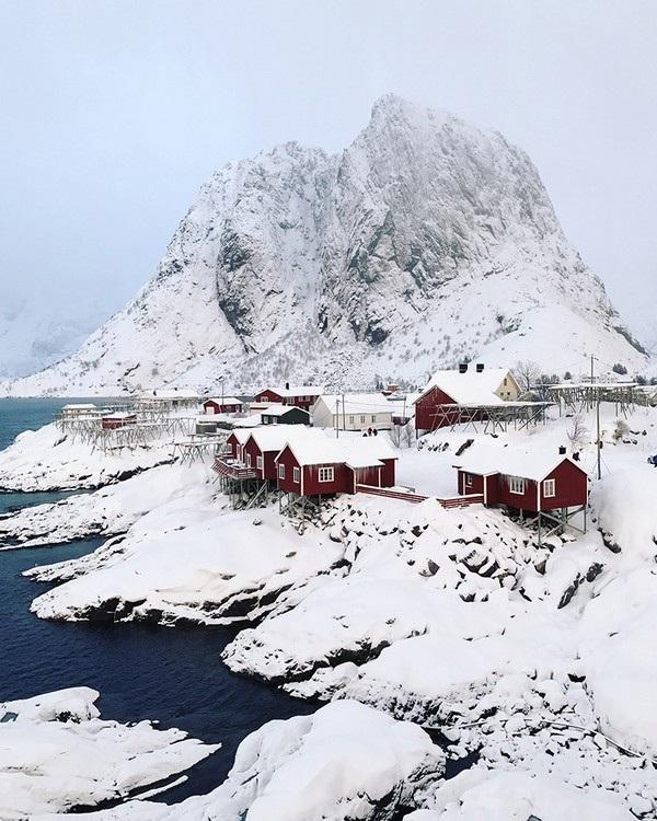 """Bức ảnh lạnh giá nhưng tuyệt đẹp được Jen Pollack Bianco (Mỹ) chụp tại thị trấn Hamnoy (Na Uy) đã giành được chiến thắng tại hạng mục """"Du lịch""""."""