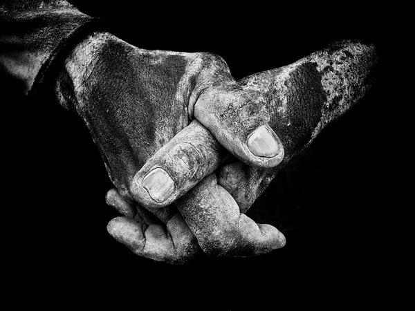 Bức ảnh xếp thứ 2 ở cuộc thi năm nay do Brendan Ó Sé chụp đôi tay một công nhân làm ở bến tàu tại Jakarta (Indonesia).