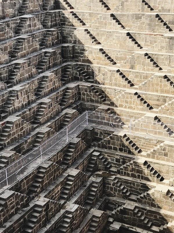 """Bức ảnh giành giải nhất ở hạng mục """"Kiến trúc"""" thuộc về Paddy Chao, người Đài Loan. Bức ảnh chụp các bậc thang tại khu kiến trúc Chand Baori (Ấn Độ) này được chụp bằng iPhone 7 Plus."""