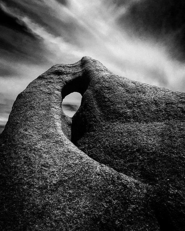 """Christian Horgan (Úc) đã giành giải nhất trong hạng mục """"Phong cảnh"""" với bức ảnh chụp mỏm đá có tên Singing Rock tại bờ biển phía tây nước Úc."""