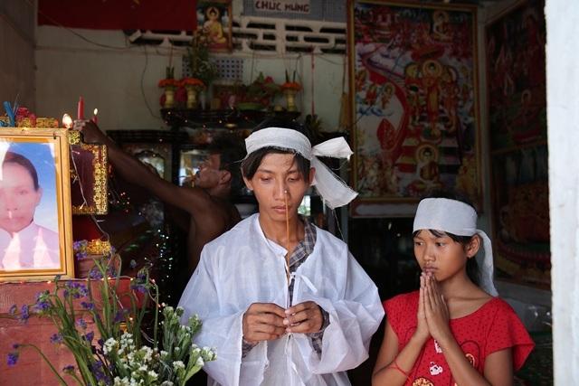 Hai anh em Thái và Quyên trong ngày đám tang mẹ