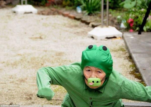Cụ bà Nishimoto trong bộ trang phục của một chú ếch xanh