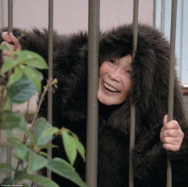 Còn đây là một chú khỉ bị nhốt trong chuồng