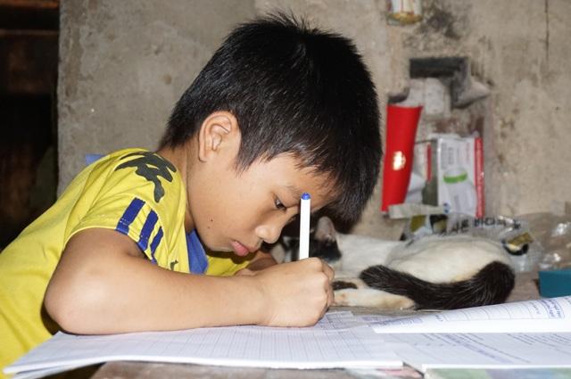 9 tuổi, bé Phúc chỉ nặng như trẻ lên 4. Con đường học hành của cậu bé cũng khó có thể kéo dài như gia đình quá nghèo