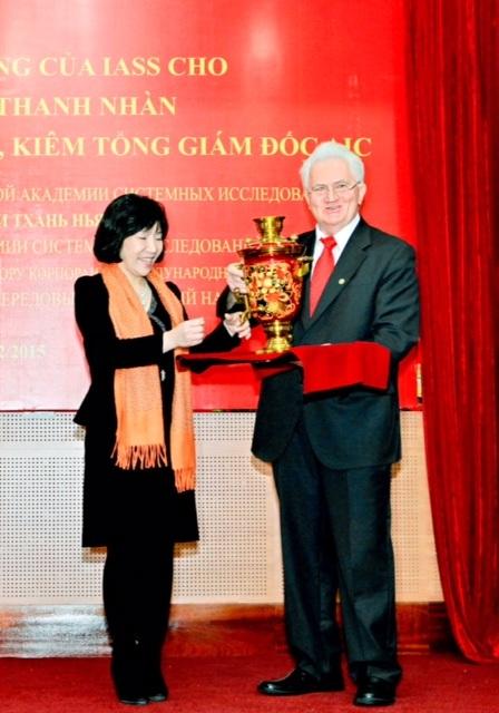 Chị Nguyễn Thị Thanh Nhàn được Viện Hàn lâm Quốc tế về các nghiên cứu hệ thống Liên bang Nga (Viện IASS) trao tặng hai danh hiệu cao quý: Viện sĩ có thành tích xuất sắc nhất giai đoạn 2004-2014 và phần thưởng Ngôi sao Vernadski.