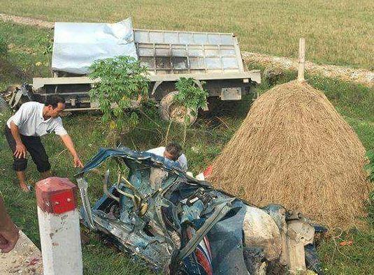 Chiếc xe tải bị biến dạng, tài xế tử vong ngay trong cabin.