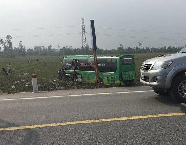 Chiếc xe khách mất lái lao sang phần đường bên cạnh sau vụ tai nạn.